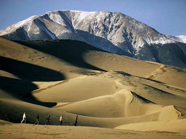 Hiking-great-sand-dunes-with-Mt